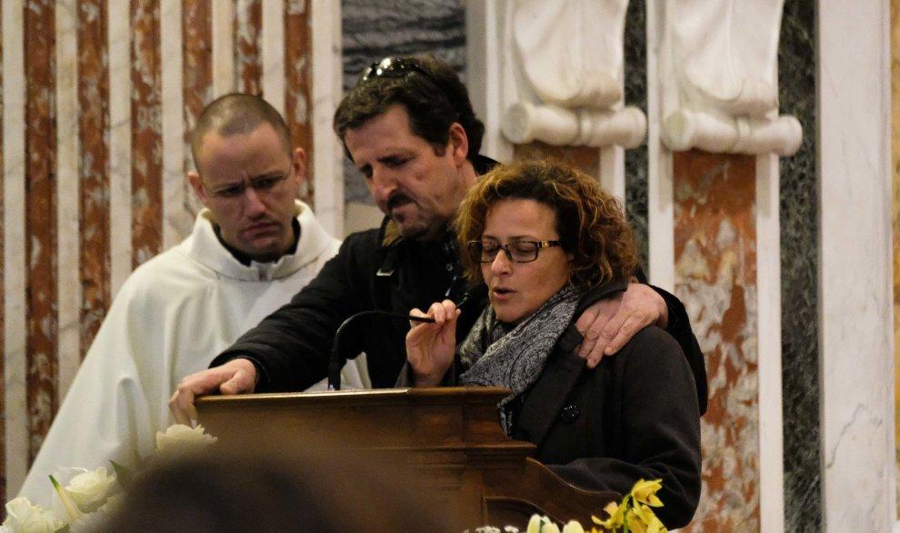 La madre e il padre di Gio durante i funerali.